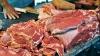 La Piaţa Centrală, comercianţii cumpără carnea de la producători chiar din stradă