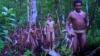 Un bărbat a fost străpuns cu săgeţi în timp ce îşi salva iubita ce a fost violată de şeful unui trib