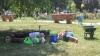 În loc să facă ordine, angajaţii de la Salubritate au dormit pe o alee din Bălţi, în ajun de Ziua Independenţei FOTO