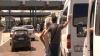 (VIDEO) Moldoveni blocaţi în vamă! Oamenii aşteaptă ore în şir pentru a trece controlul