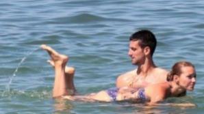 Novak Djokovic şi-a ciupit de fund iubita, la o şedinţă foto