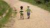 Specialiştii le recomandă părinţilor plecaţi peste hotare să lase copiii în grija unui tutore