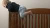 """(VIDEO) Micuţ, dar ingenios! Un bebeluş evadează din pătuţ şi distruge """"dovezile"""""""