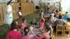 Bucătăreasa unei grădiniţe prinsă în timp ce fura mâncarea copiilor VIDEO
