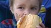 Flămânzi până la lacrimi... AFLĂ povestea a trei copii care nu ştiu ce înseamnă COPILĂRIE FERICITĂ