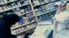 Puşcăriaşii evadaţi de la închisoarea din Brăneşti au agresat o vânzătoare şi au jefuit un magazin