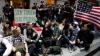 """Poliţia evacuează manifestanţii mişcării """"Ocupaţi Wall Street-ul"""" pentru a face curăţenie"""
