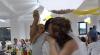 Mireasă ghinionistă: I-a căzut neonul în cap în timp ce dansa cu mirele VIDEO