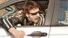 """(VIDEO) Şofer """"sărit de pe fix"""": A ameninţat cu o GRENADĂ poliţistul care a vrut să-i verifice actele"""