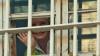 Iulia Timoşenko, fotografiată la fereastra celulei sale FOTO