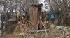 WC-ul moldovenilor de la sate: Din cărămidă roşie, un acoperiş deasupra unei găuri în pământ sau... din beţe de floarea soarelui