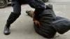 Poliţist acuzat de maltratare: A bătut victima cu picioarele şi bastonul de cauciuc şi a legat-o de calorifer