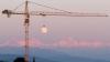 Fotografia care face furori pe internet: Luna atârnă de o macara