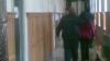 Minoră condamnată la doi ani de închisoare pentru că a furat haine şi mâncare