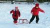 Fuga la derdeluş: Prima zăpadă din această iarnă i-a scos pe copii la săniuş
