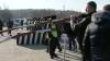 """(VIDEO) Protestatarii de la Vadul lui Vodă au scos barierele de metal: """"La râpă cu ele!"""""""