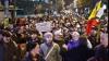 O nouă zi de proteste în România: Unul dintre manifestanţi a luat foc. Se aruncă cu pietre