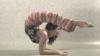 Femeia care îşi menţine echilibru în coate VIDEO