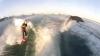 Un băiat face surfing cu delfinii (VIDEO)