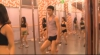 A schimbat armata pe dansul la bară VIDEO