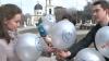 Prezentatorii Publika TV Vitalie Maistru şi Elena Cioina au împărţit baloane celor dispuşi să zâmbească