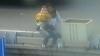 VIDEO ŞOCANT: O femeie a vrut să se sinucidă cu copilul său în braţe
