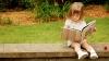 Studiu: Fetele stau mai mult cu cartea în mână decât băieţii
