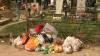 Cultura moldoveanului la cimitir! A mâncat şi a băut peste măsură, iar în loc de flori a lăsat gunoi pe morminte