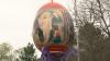 O familie din Nisporeni a cheltuit 8.000 de lei pentru a instala un ou gigant în parcul din oraş