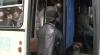 Cozi şi îmbulzeală pentru un loc gratuit în autobuz. Oamenii pleacă nemulţumiţi spre cimitir FOTO şi VIDEO