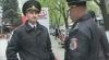 Caz revoltător! Poliţist umilit de colegii săi, după ce a fost lovit de o maşină (VIDEO)