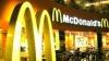 Angajat McDonald's, arestat după ce a scuipat în băuturile clienţilor