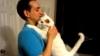 O pisică își îmbrățișează drăgăstoasă stăpânul. Ce credeți că vrea de fapt? VIDEO
