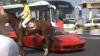 AMUZANT! Ce se întâmplă când un Ferrari se întâlneşte cu un cal VIDEO