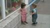 DRAGOSTE DE COPIL: Cum reacţionează o fetiţă la încercarea unui băieţel de a o îmbrăţişa VIDEO