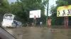 Prăpăd după ploaie în Chişinău: Un autocar a intrat într-o groapă, iar mai mulţi arbori au fost doborâţi la pământ FOTO, VIDEO