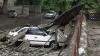 Dezastru după ploaie: Acoperişul unei case a distrus mai multe maşini