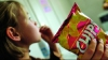 INVESTIGAŢIE! Copii crescuţi cu chipsuri, snakuri şi pesmeţi. Fiecare a 10-a şcoală din ţară nu are cantină