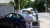 A scos numărul de înmatriculare de la maşină şi a luat-o la fugă, după ce a fost implicat într-un accident (VIDEO)