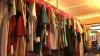 Pieţele second-hand, la mare căutare. Comercianţii propun haine de toamnă la preţuri mici