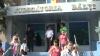 Protest la Judecătoria din Bălţi. Manifestanţii au cerut instanţei să nu-l elibereze din arest pe un tânăr acuzat de jaf