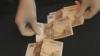 S-a prezentat drept angajată a Primăriei Chişinău şi a cerut 5.000 de euro pentru a elibera acte