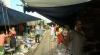 """""""Piaţa umbrelei închise"""", amplasată pe marginea unor şine de cale ferată. VEZI ce fac vânzătorii când se apropie trenul"""