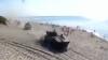 Convoi de tancuri, pe o plajă plină de turişti din Rusia VIDEO