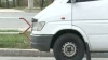 Nici că-i pasă! Şoferul unui microbuz cu pasageri, de pe ruta 129, priveşte un film în timp ce conduce! VIDEO