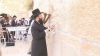 FORFOTĂ la Ierusalim: Zidul Plângerii a fost curăţat de bileţelele cu rugăciuni VIDEO