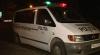 Imagini VIDEO de la incidentul produs noaptea trecută. O maşină s-a făcut zob, iar câţiva tineri au tras cu arma
