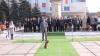 """Câine comunitar """"interesat"""" de discursul primarului de Orhei. A ciulit urechea direct pe covorul verde VIDEO"""