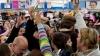 """""""Vinerea neagră"""" în SUA: Unii americani stau la cozi de trei zile pentru a cumpăra la reduceri ceea ce îşi doresc"""