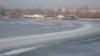 Pasionaţii de pescuit îşi pun viaţa în pericol pe gheaţa subţire a lacurilor VIDEO